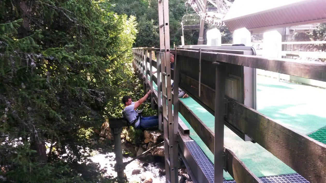 Passage de fibre optique sous pont